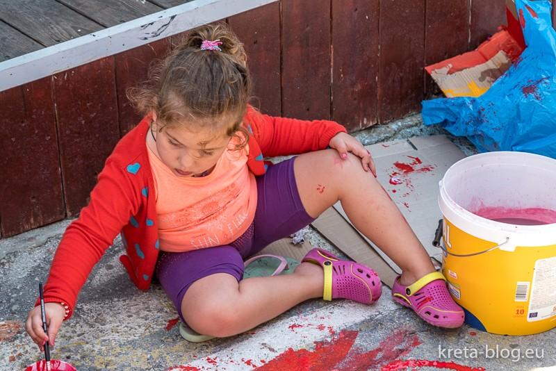 Matala Street Painting 2018: Kleine Künstlerin am Werk