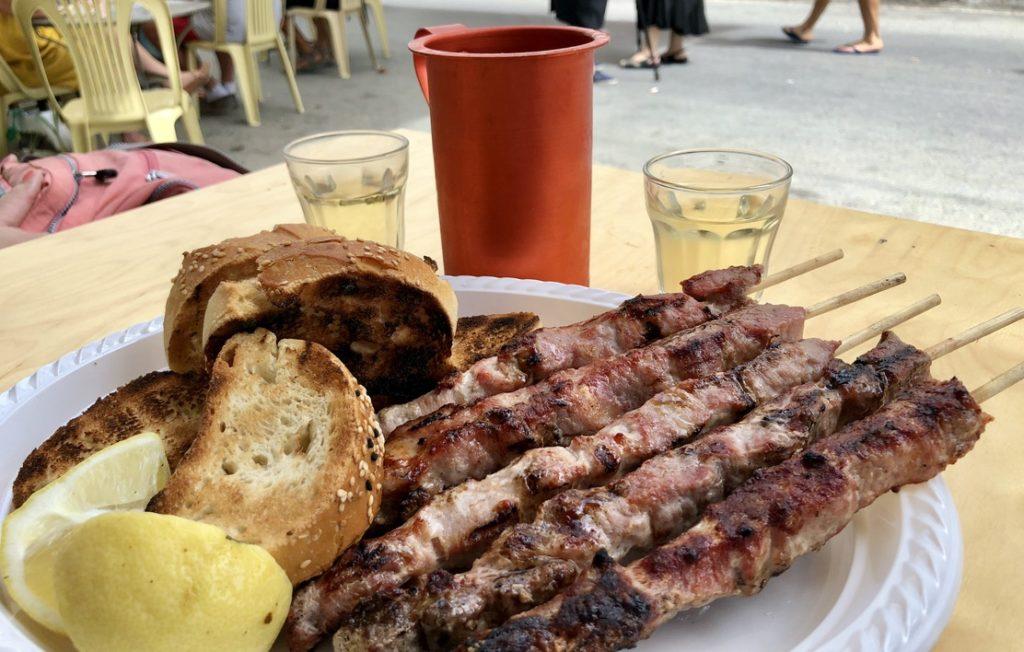Souvlaki auf dem Wochenmarkt - ein Genuss
